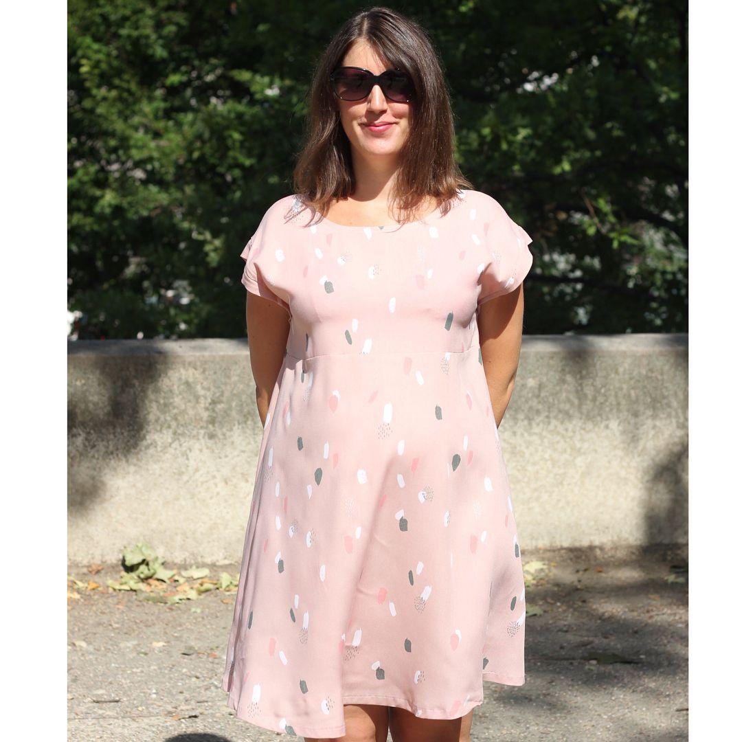 A Robe Tokyo By Atelierscammit Est Sur Le Blog Dans La Jolie Viscose Atelierbrunette My Tokyo Dress Is Up Dresses For Pregnant Women Dresses Casual Dress