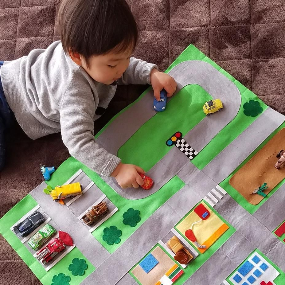 Aikoさんはinstagramを利用しています 手作り道路マット 車好きの息子はとっても気に入って毎日遊んでる 次は何を作ろうかな 2歳0ヶ月 2月生まれ 手作りおもちゃ 道路マット 保育 手作りおもちゃ 手作りおもちゃ 手作り