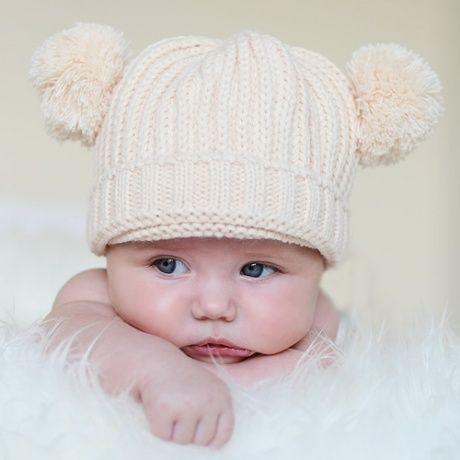 443f81c01dfcc Gorro lana para bebé con pompones. En un bonito color beige