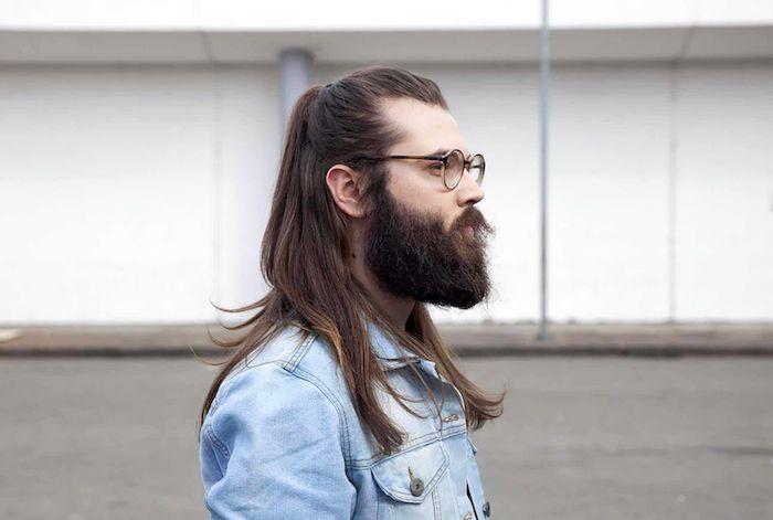Single manner mit langen haaren