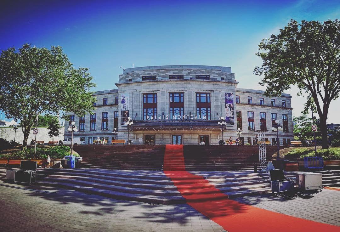 Aujourd'hui le #TapisRouge a été posé sur la #placedyouville devant le @palaismontcalm! Le #fcvq2016 c'est DÉJÀ DEMAIN! #qcmoments #quebeccity #film #festival #filmfest #bientot #jaihate #qcpower #team #teamwork #votrefestival #qcpower
