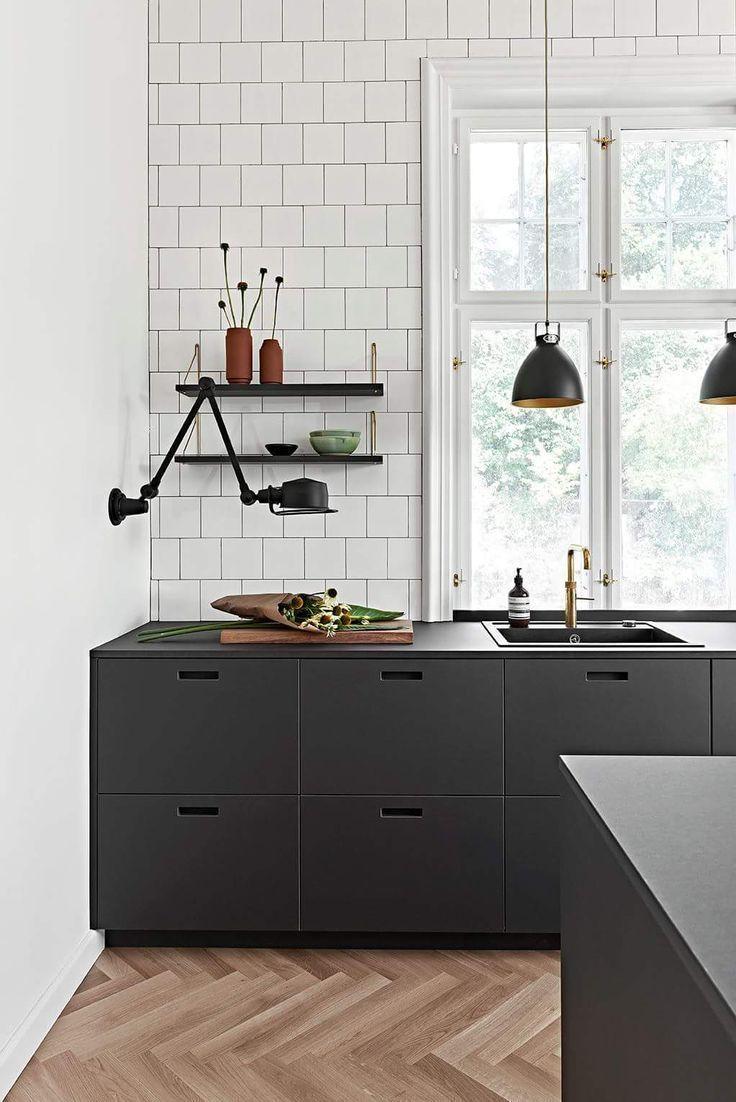 Black Cabinet Küche mit Vintage-Läufer und Balken mehr Quelle auf Home Bunch #b #modernvintagedecor