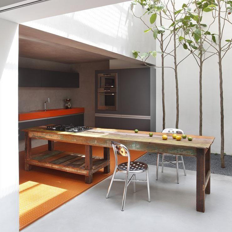 PT. Mesa feita com madeira de demolição.  ING. Table made with wood from demolition
