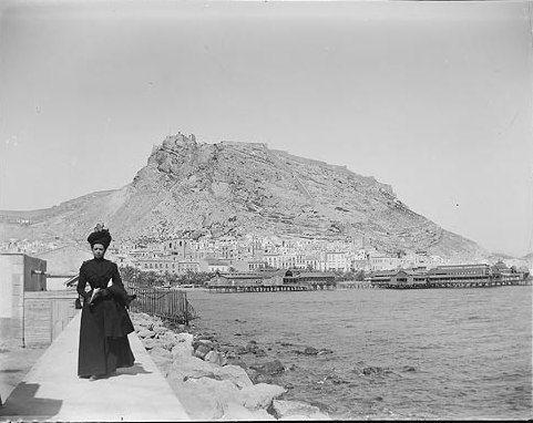 Retrato de mujer en el puerto.  Hacia 1900.