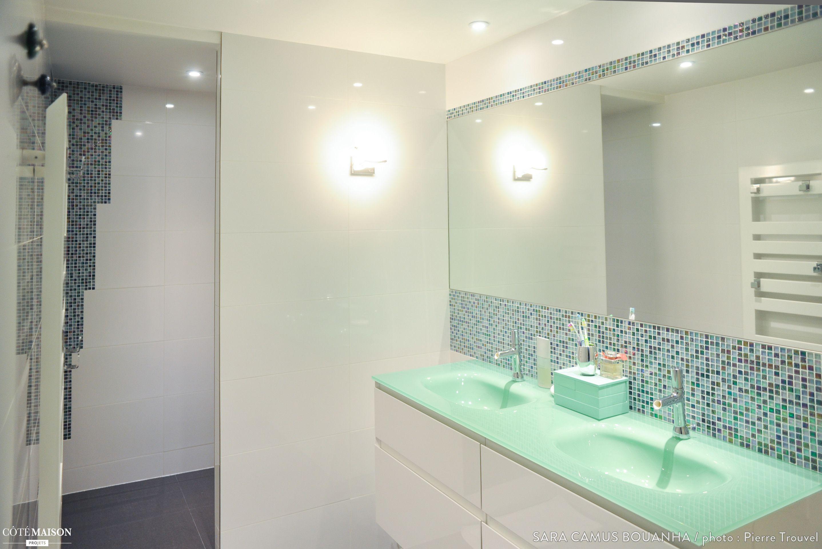 Une salle de bains contemporaine blanche, avec carreaux de ...