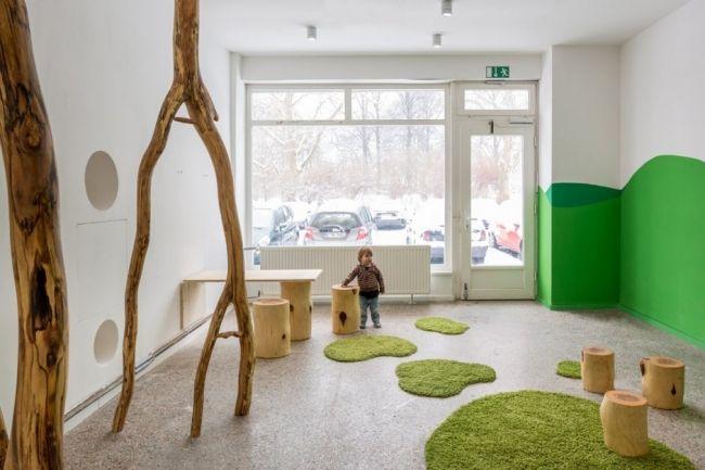 kita berlin drachenhhle interieur teppich wand grn baum kletterstange design