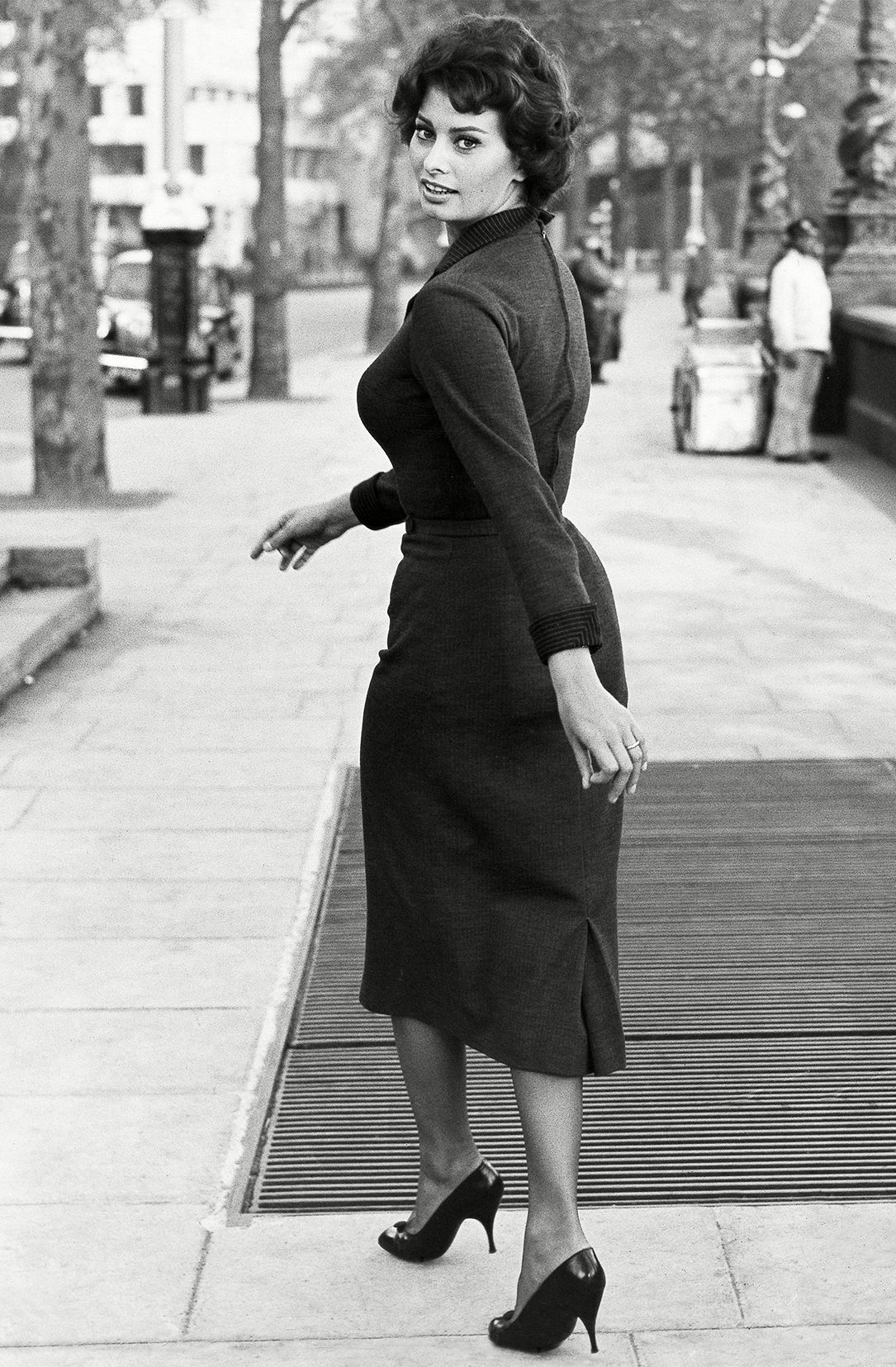 Sophia Loren walking the streets of London circa 1957. // #classicbeauty #streetstyle #fashion