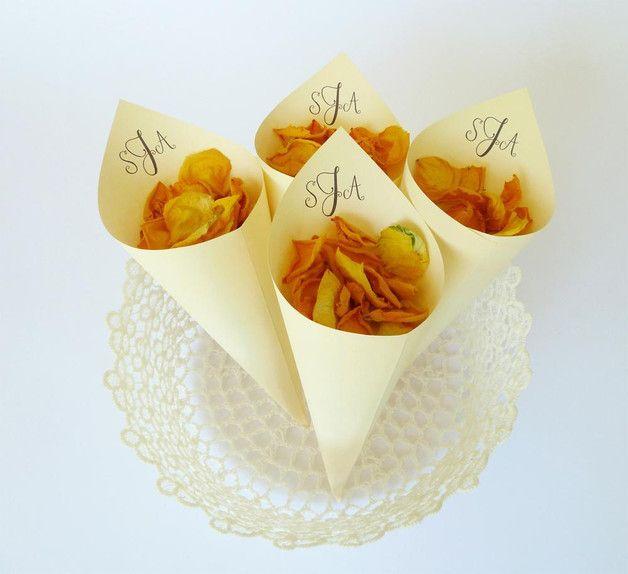 +✿ Süße Konfetti Hütchen für eure Hochzeit! Personalisiert mit eurem Monogramm sind die Hütchen eine außergewöhnliche Idee für euren schönsten Tag im Leben.+  Die Konfetti Hütchen werden für die...