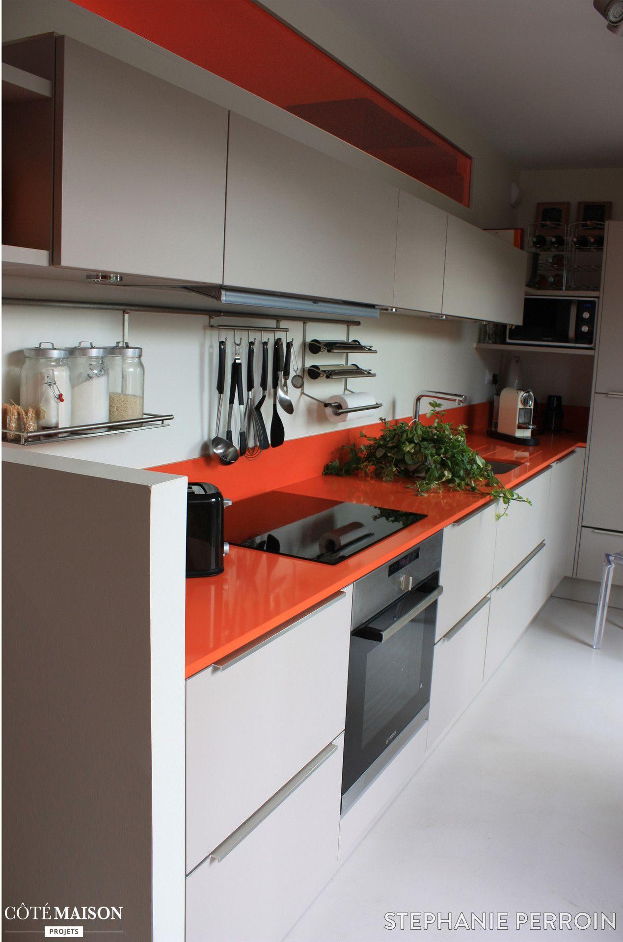 une cuisine en longueur avec meuble beige et plan de travail en laque orange home sweet home. Black Bedroom Furniture Sets. Home Design Ideas
