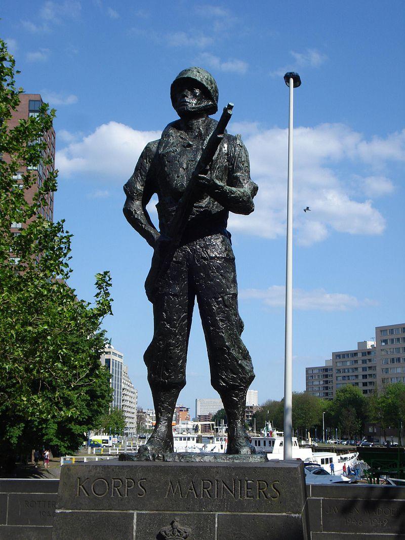 Rotterdam kunstwerk mariniersmonument.jpg Standbeeld