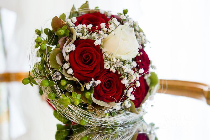 red rose wedding flower bridal bouquet arrangement by © Radmila Kerl wedding photography munich Brautstrauß mit roten Rosen und einer weißen Rose in der Mitte, außen etwas grün von © Radmila Kerl Hochzeitsfotografie München #flowerbouquetwedding