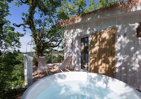 Cabane perchée dans les arbres avec spa et sauna privatif, Labastide