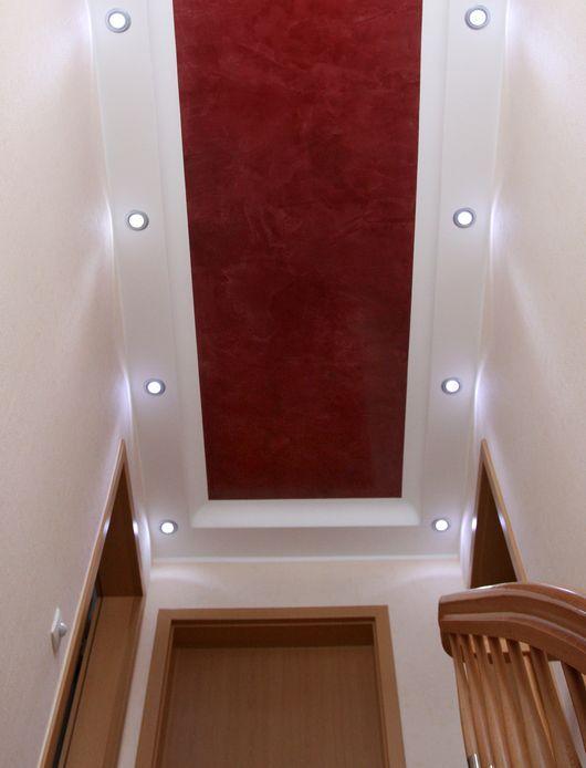 schmaler treppenaufgang mit deckengestaltung, spachteltechnik