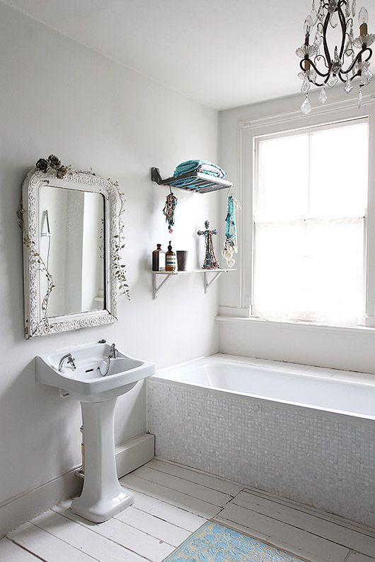 Esta Bonita Casa Destaca Por Su Estilo Bohemio Lleno De Frescura Sobre Un Fondo Rustic Bathroom Decorbohemian