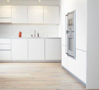 Cocina blanca horno alto muebles sin tiradores cocinas for Decorar piso gris