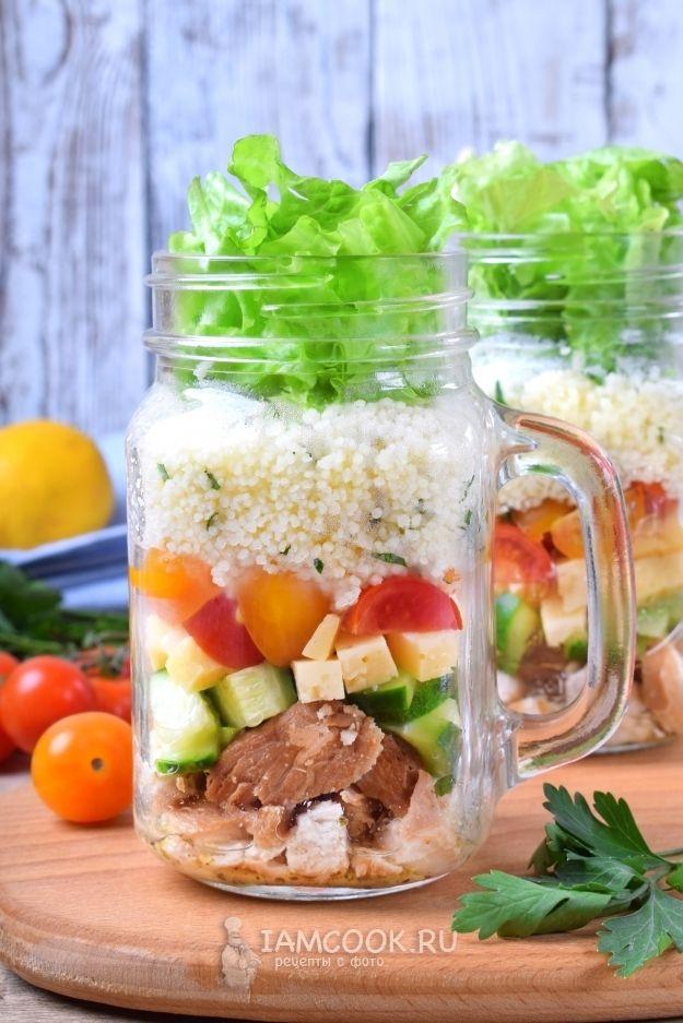 Салат в банке с кускусом, жареной курицей и овощами (с ...