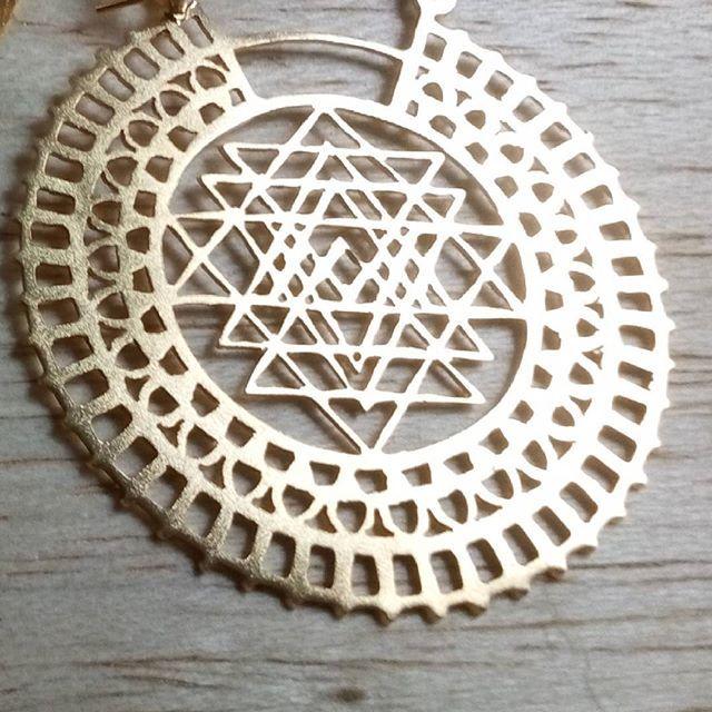 Lo sagrado,  lo perfecto, la abundancia y el amor que puso el Creador en cada una de sus obras también había en ti.  Pronto más geometría sagrada.  En la foto uno de los zarcillos Sri Yantra elaborados el año pasado.  #kelandksacredgeometry #sacredgeometry  #masquejoyas #geometriasagrada #sacredjewelry #sriyantra #earrings #fashion #yogajewelry #fashionblogger #jewelry #masquejoyas