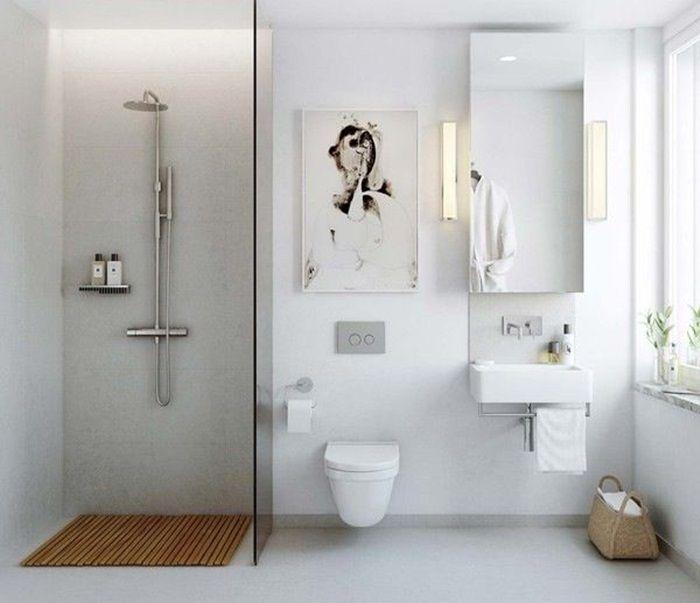 Indret badeværelset med en glasvæg til brusenichen En glasvæg som