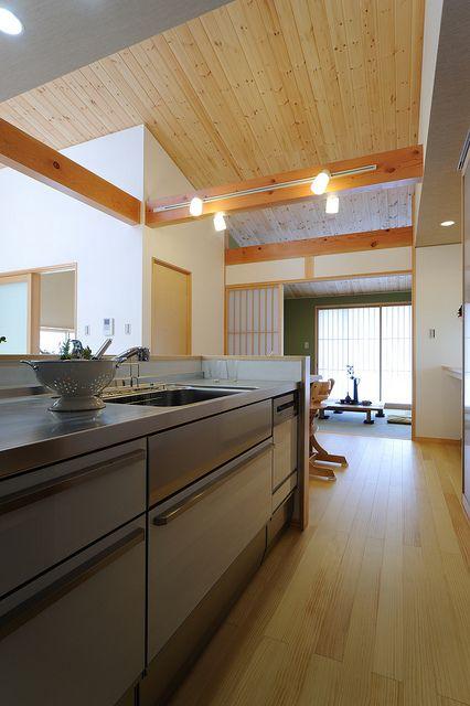S K House 大屋根の勾配なりにldk 和室へと天井に変化をつけました