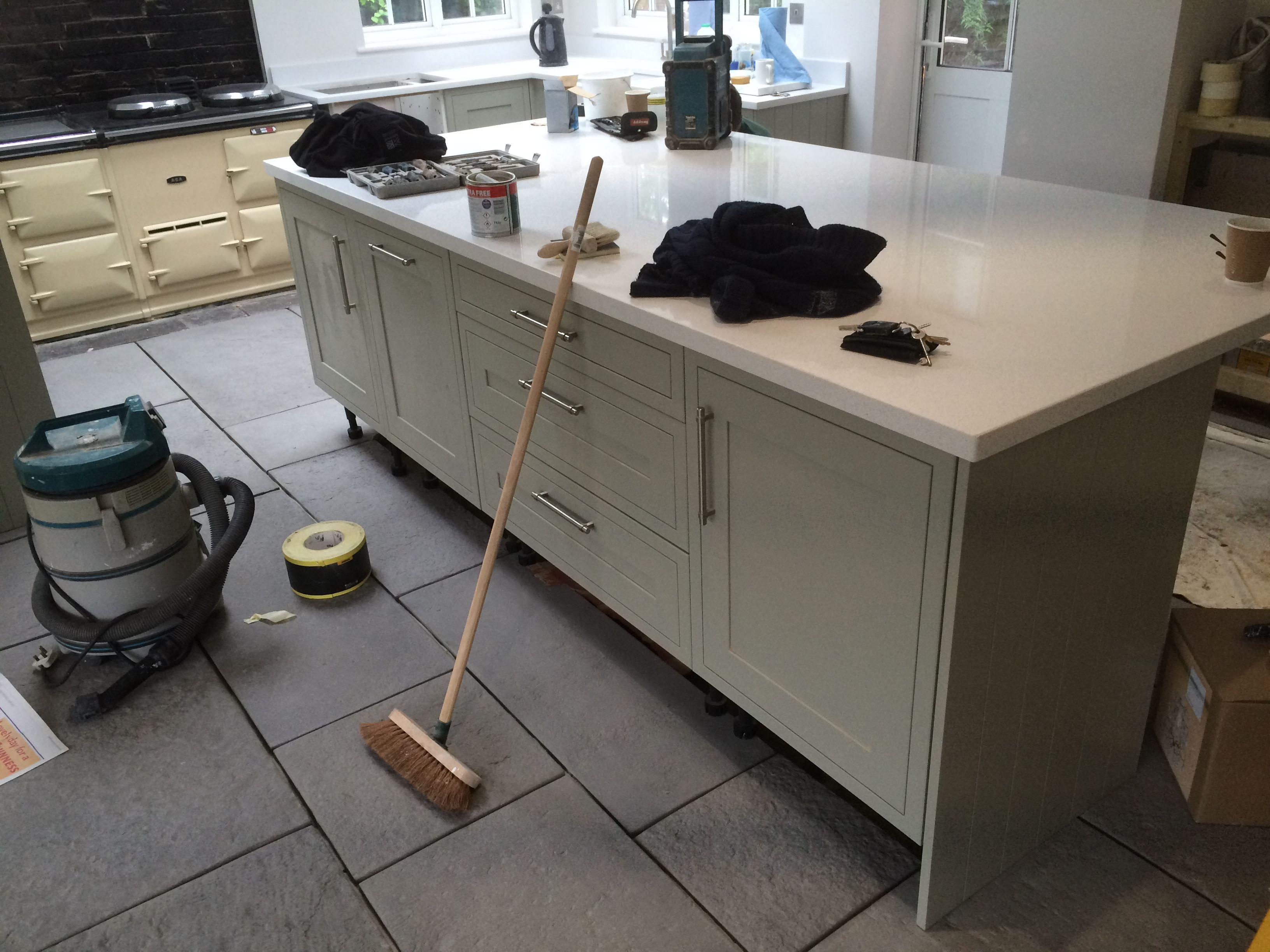 howdens kitchen with sabre stone quartz work top and grey howdens kitchen with sabre stone quartz work top and grey flagstone floor