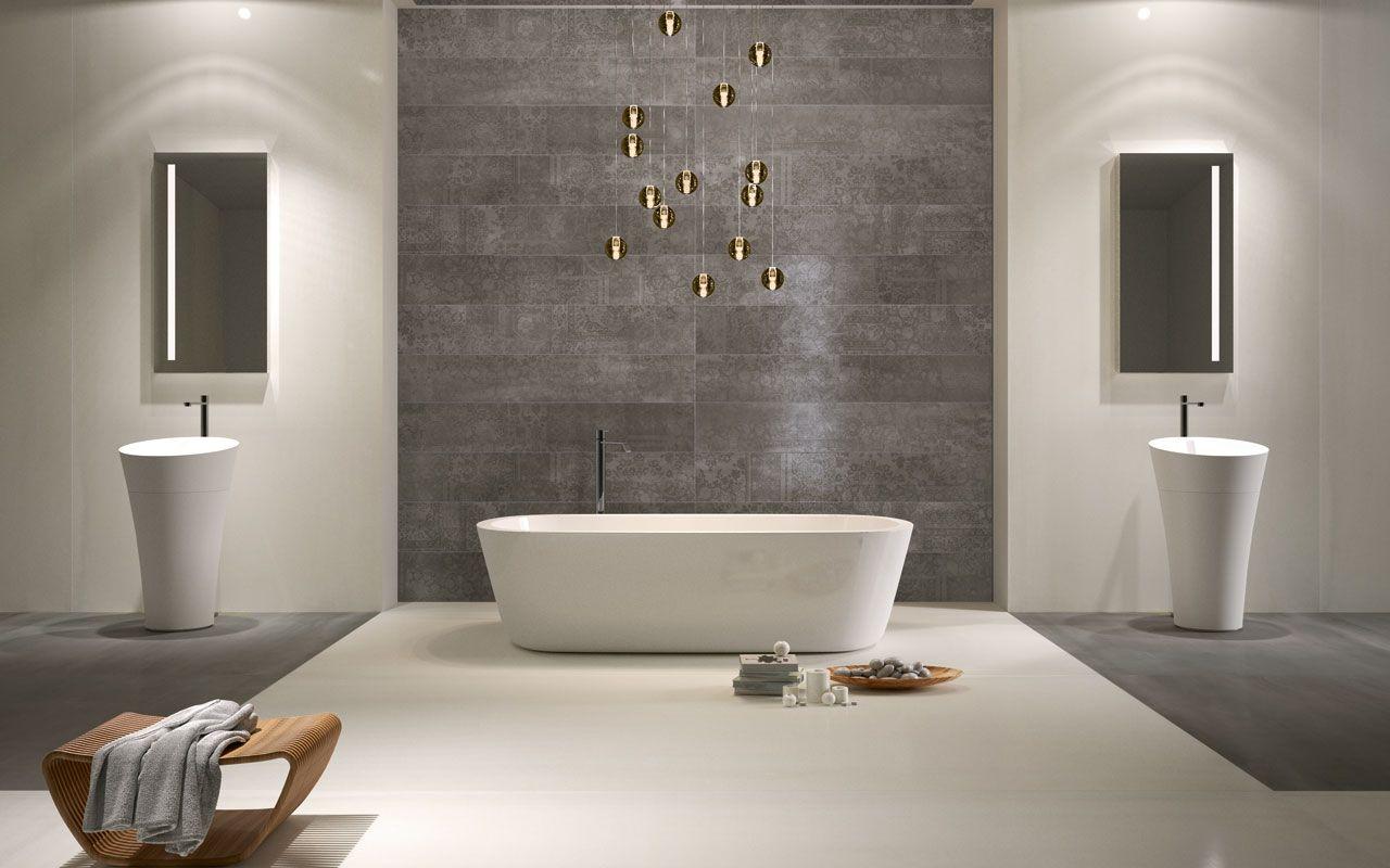 grote badkamer waarbij wand en vloer om en om betegeld zijn