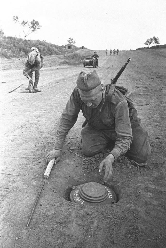 Soviet soldiers uncover and neutralize Tellermine 43
