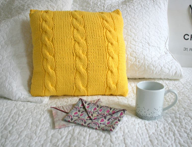 diy un coussin jaune a torsades tricot et crochet tricot crochet et crochets. Black Bedroom Furniture Sets. Home Design Ideas