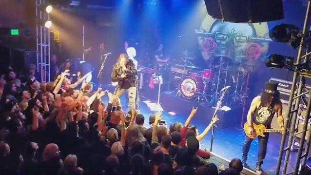 Finalmente se logró concretar una de las reuniones más esperadas de la historia del rock: Slash, Duff McKagan y Axl Rose tocaron juntos por primera vez en más de 20 años. Su primera aparición tuvo lugar en el Troubadour nightclub de West Hollywood, California. Sin embargo fue una reunión a medias, ya que no …