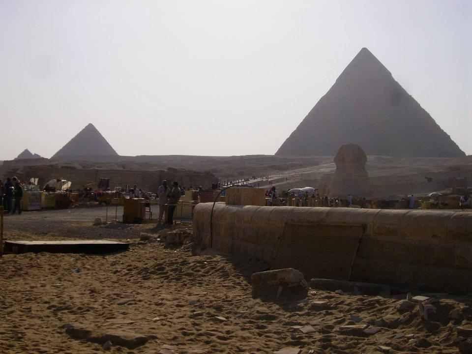 Escursione Da Sharm al Cairo in Bus.visitare i luoghi più significativi della capitale egiziana. Le grandi piramidi di Giza e la sfinge, il Museo egizio, ed una sosta al mercatino del Cairo