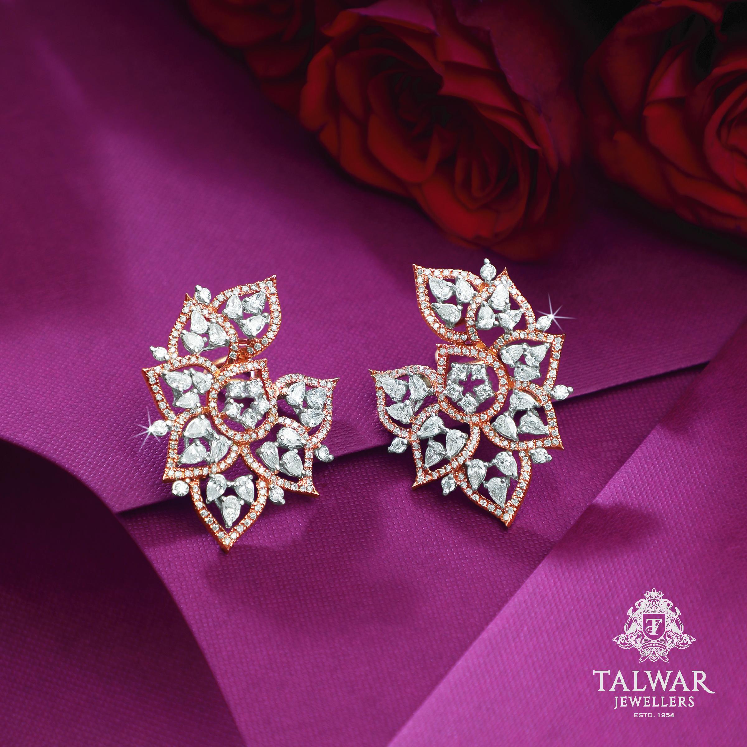 Beautiful and feminine Diamond Yellow gold 18 k antique design for