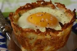 You will love these hash brown cups filled with or brunch dish with ham vegetables cheese and a perfectly cooked egg.  From Joyofbaking.com With Demo Video