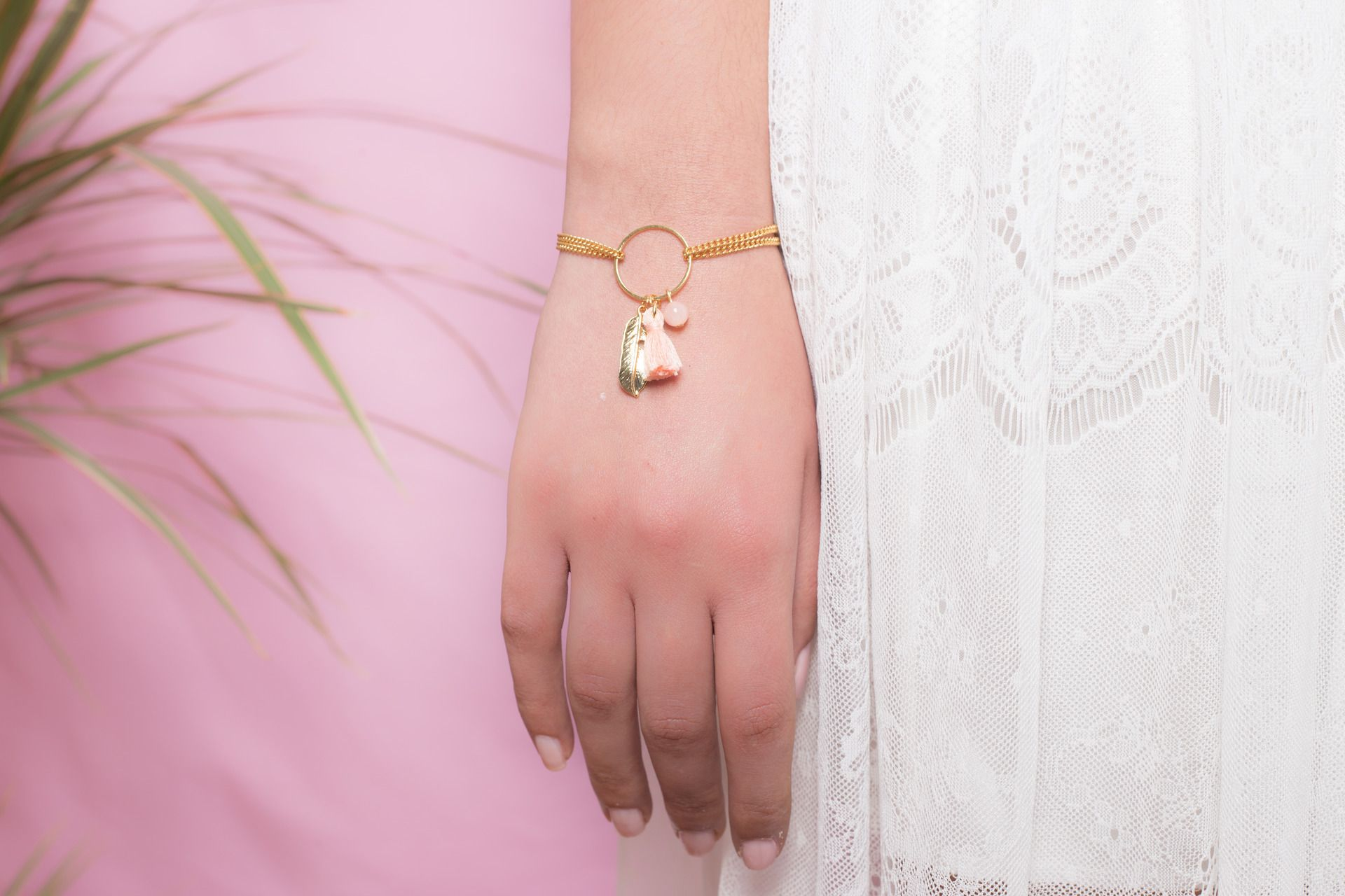 Bracelet COLORADO - anneau doré avec pompon coton et plume : Bracelet par amelys