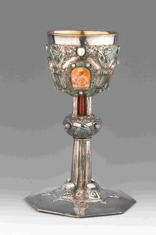 Calze. Alexander Fisher. Londres. 1907. Argent cisellat, aplicació de pedreria i esmalts. Compra a Alexander Fisher, 1907
