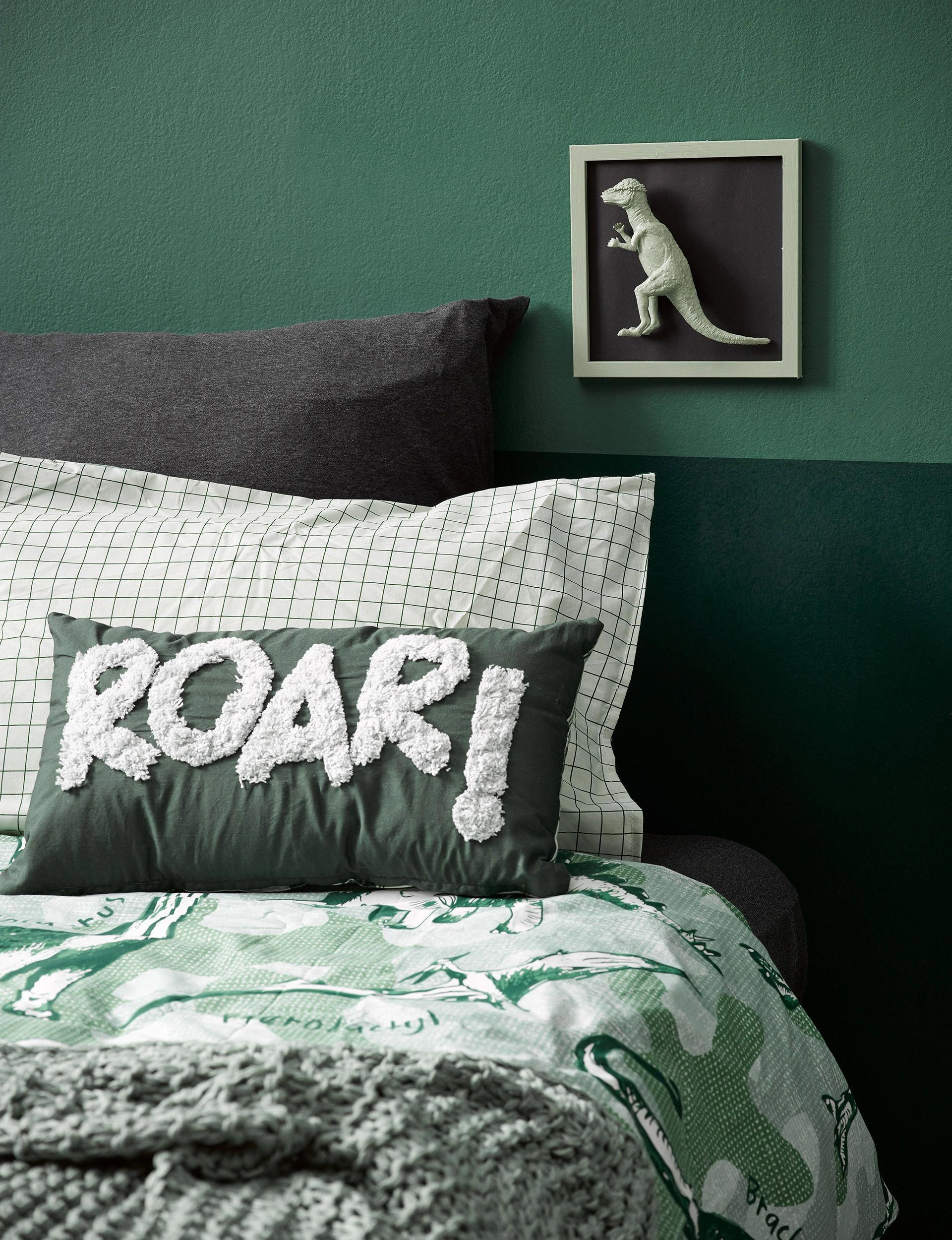 How to decorate your kid's bedroom with a DIY dinosaur theme #kidsbedroom