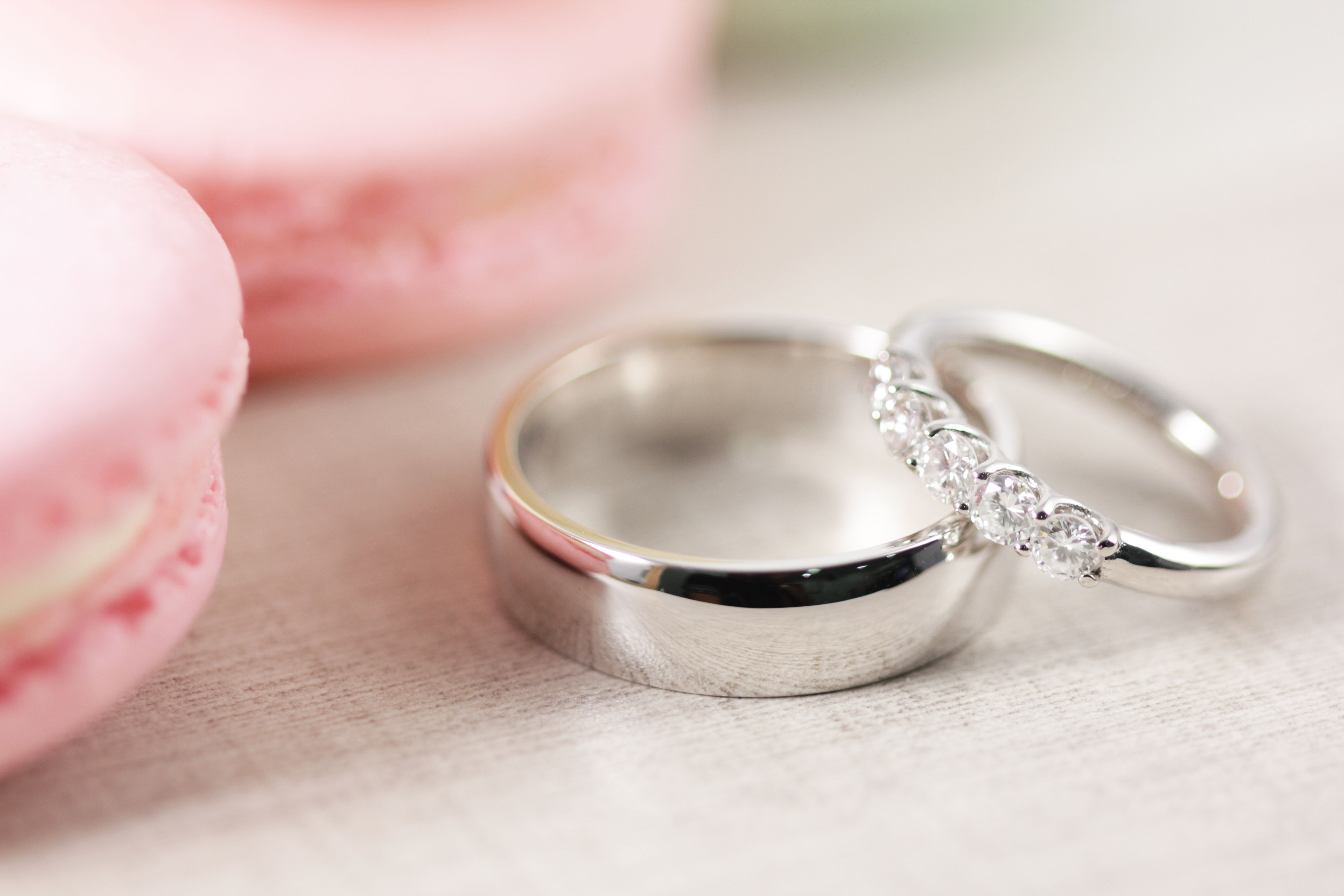 af2cc4eb775e Argolla de matrimonio lisa y churumbela con diamantes fabricadas en oro  blanco.