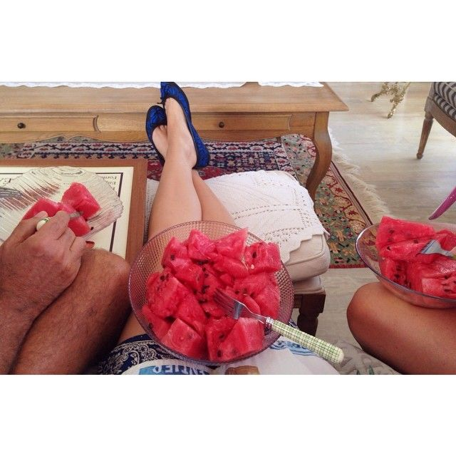 """watermelon morning with the familysabahları aileyle karpuz keyfi  #lonijaneinspo #watermelon #fruitisfastfood #fruitarian #811rv #801010 #carbup…"""