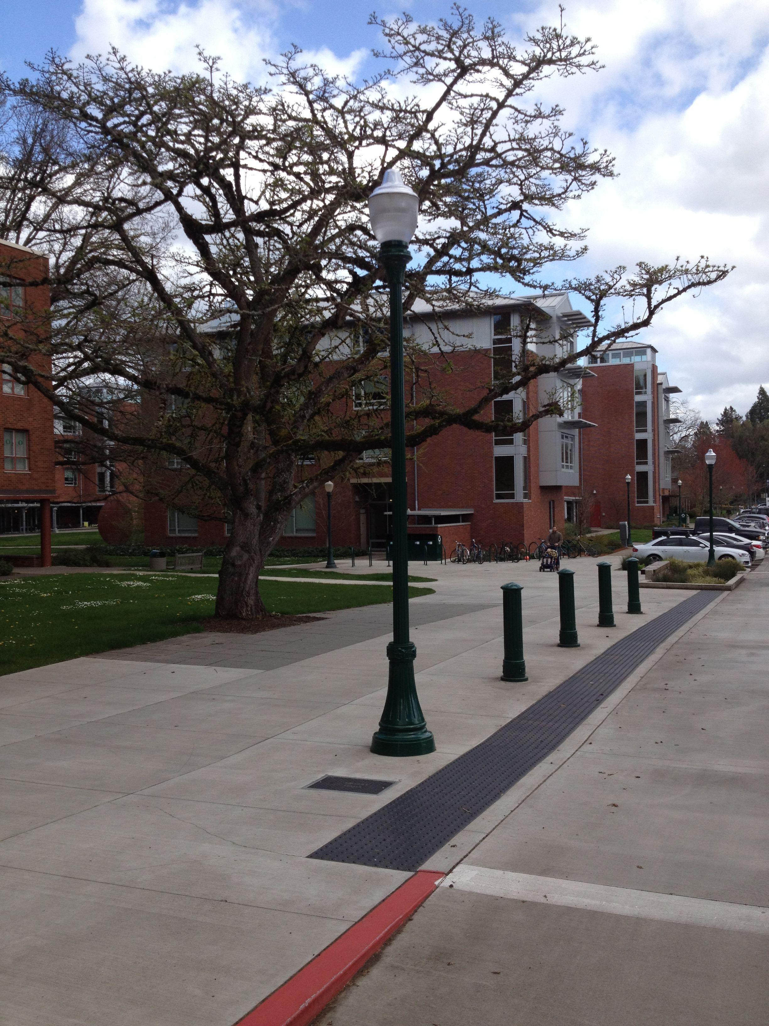 Streetscape To The North Of Hickory Click To Close: University Of Oregon, Eugene. #VISCO Bollards And Street