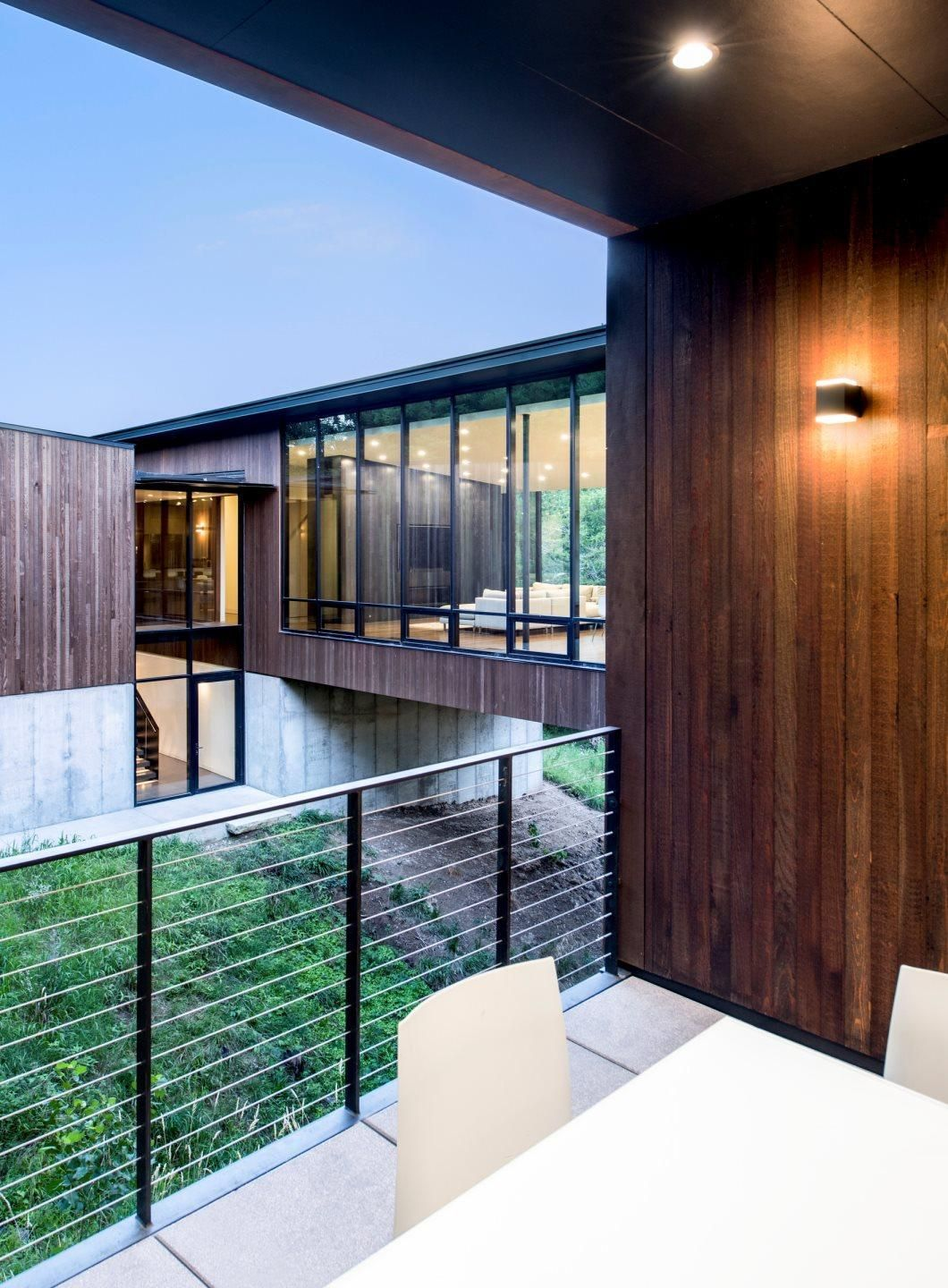 View from exterior dining room courtyard showing natural materials - BNIM #modernhouses #modernrustic #exteriordesign #archdaily #bestarchitecture