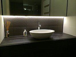 Helder witte ledstrip onder spiegelkast badkamer bad pinterest