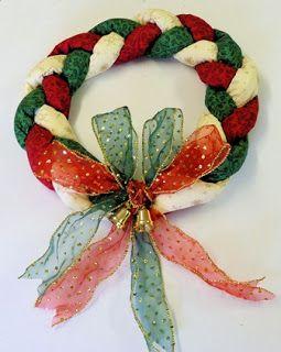 8 Coronas Navideñas De Tela Para Decorar La Puerta De Forma Especial Solountip Coronas Navideñas Manualidades Navideñas Decoraciones De Navidad Hechas A Mano