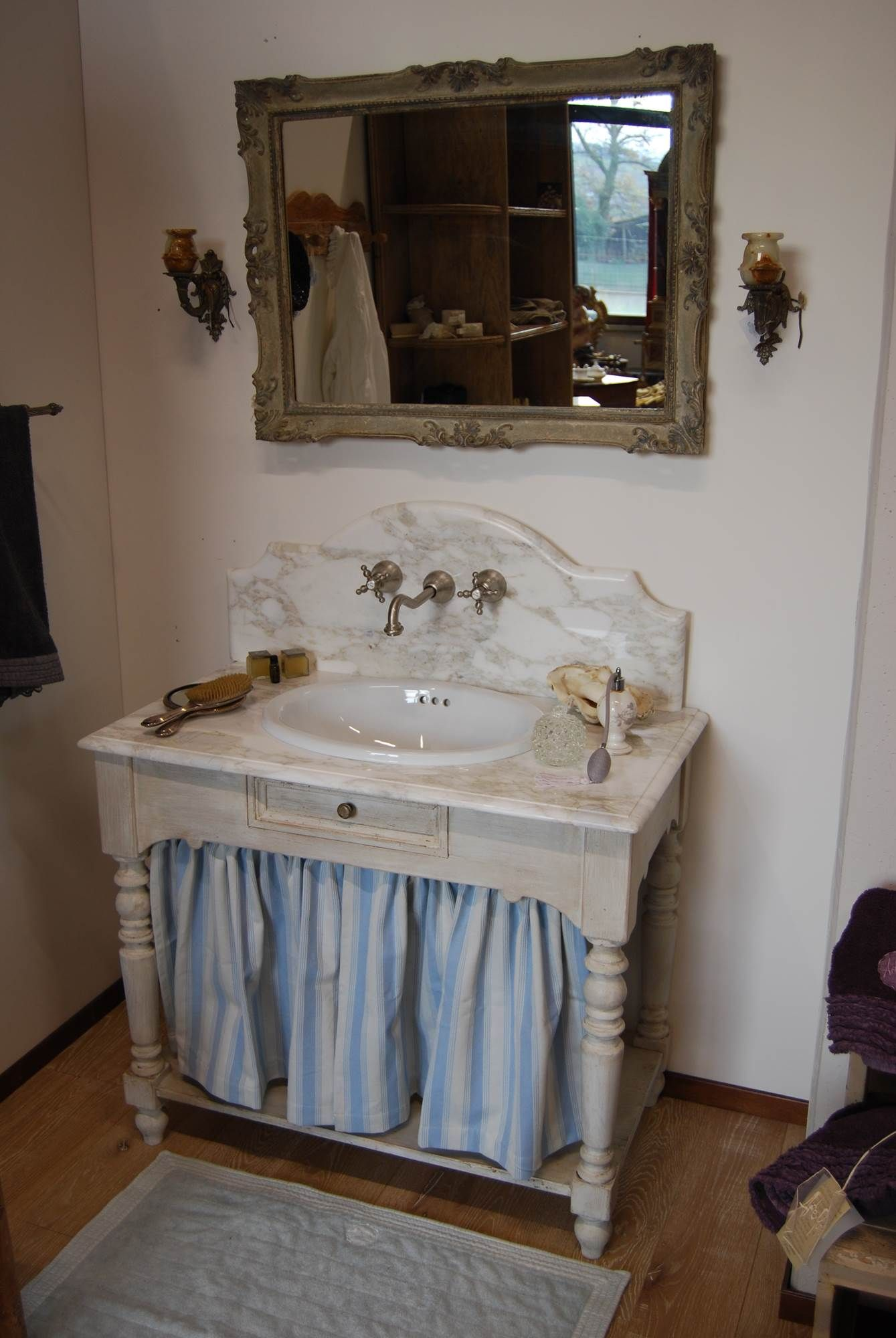 mobile da bagno in stile provenzale realizzato in legno antico decapato top in marmo calacatta