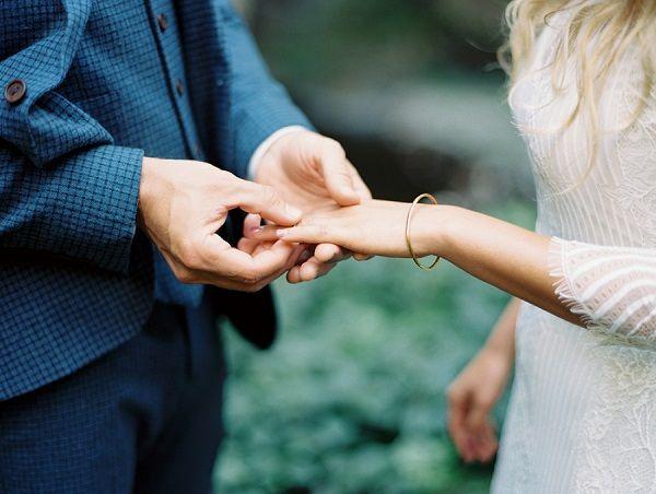 Wil je jouw partner ten huwelijk vragen met een mooie verlovingsring? Dan is het wel zo leuk als het lukt om stiekem achter zijn of haar ringmaat te komen!