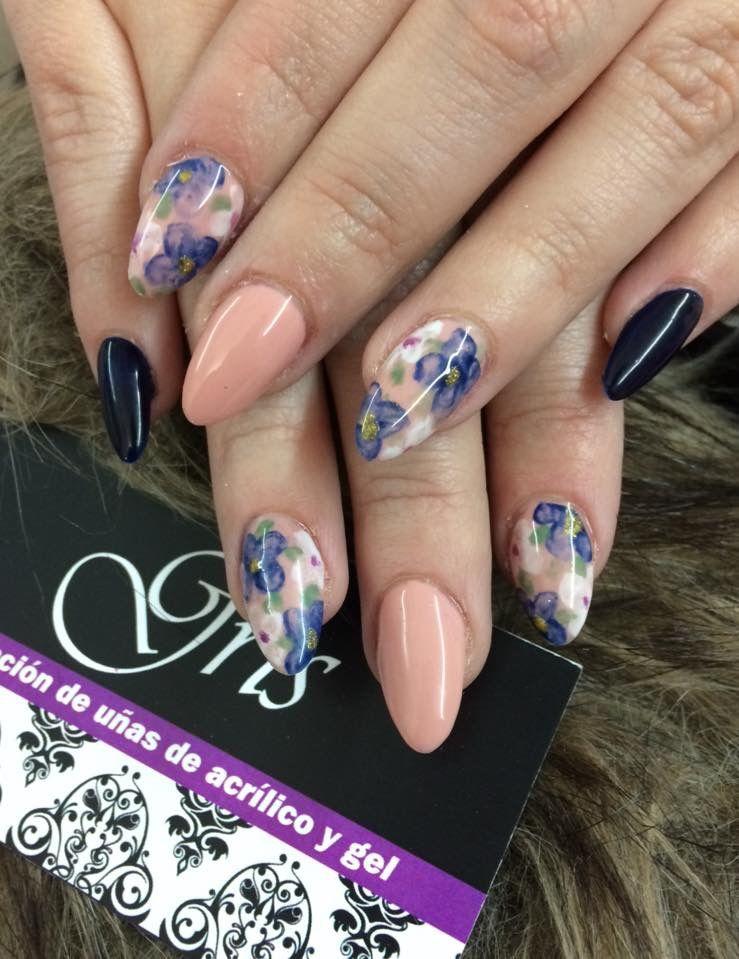 Diseño de flores estilo acuarela y en las otras uñas solo color. Son ...