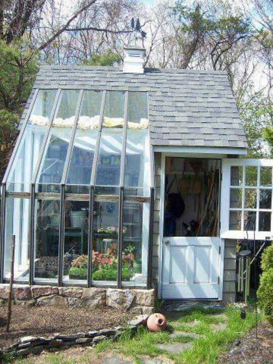 Abri de jardin avec une petite véranda. | Cabanne de jardins ...