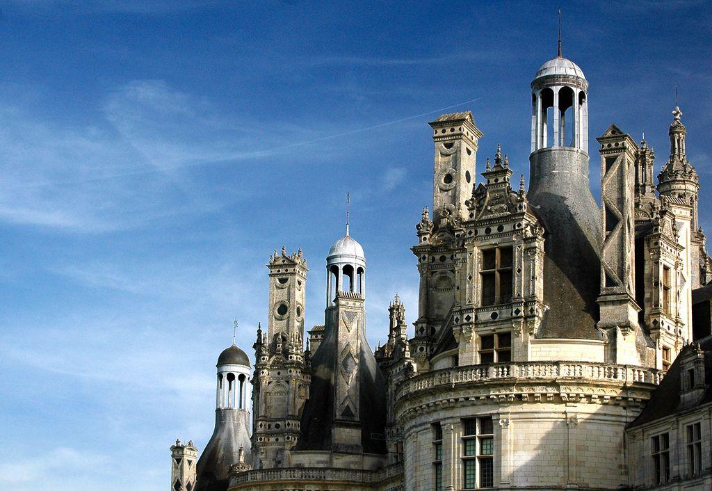Frankrijk en kastelen, die twee zijn onlosmakelijk met elkaar verbonden. Van de sobere, oeroude kastelen van de Katharen tot de uitbundige bouwwerken langs de Loire, iedere streek heeft wel zijn eigen hoogtepunten én eigenaardigheden. De een werd ooit ontworpen als robuust verdedigingswerk, de ander als toonbeeld van rijkdom en cultuur. Ontdek mijn top-10 van de …