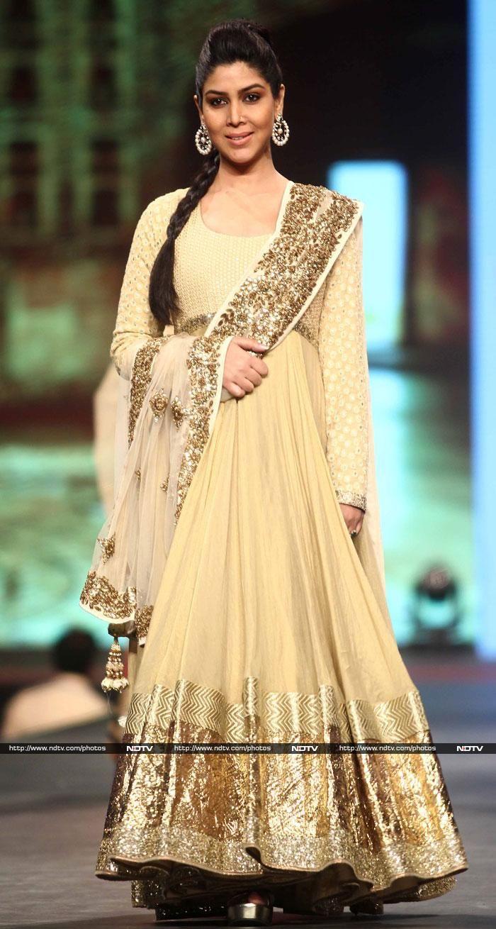 Actress Sakshi Tanwar walked the ramp