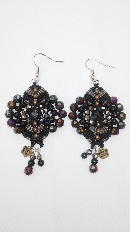 Boucles d'oreilles fantaisie en macramé noire, perles semi précieuses et breloques, style bohème chic. : Boucles d'oreille par elyss-craft