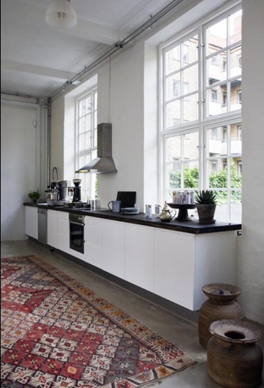 Le Tapis Ethnique Rehausse Cette Cuisine Contemporaine En Longueur Eclectic Kitchen Interior Design Kitchen Kitchen Inspirations