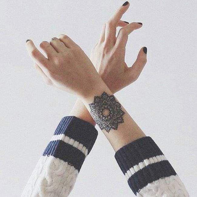 Tatouage de femme tatouage fleurs aquarelle sur bras - Petit tatouage poignet femme ...