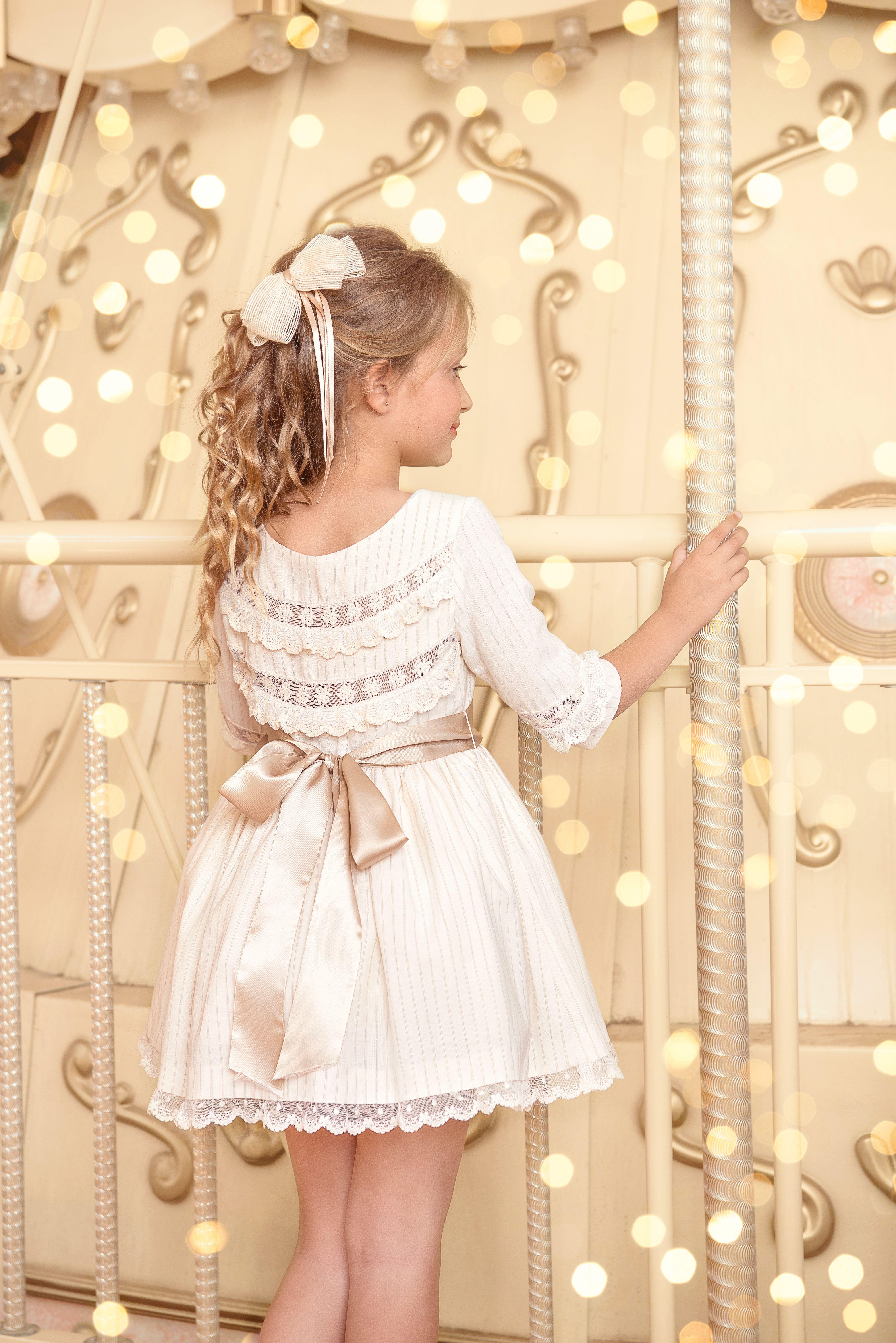 b28215362 Vestido de ceremonia para niña en tejido a rayas beige con hilo metalizado  plateado sobre fondo